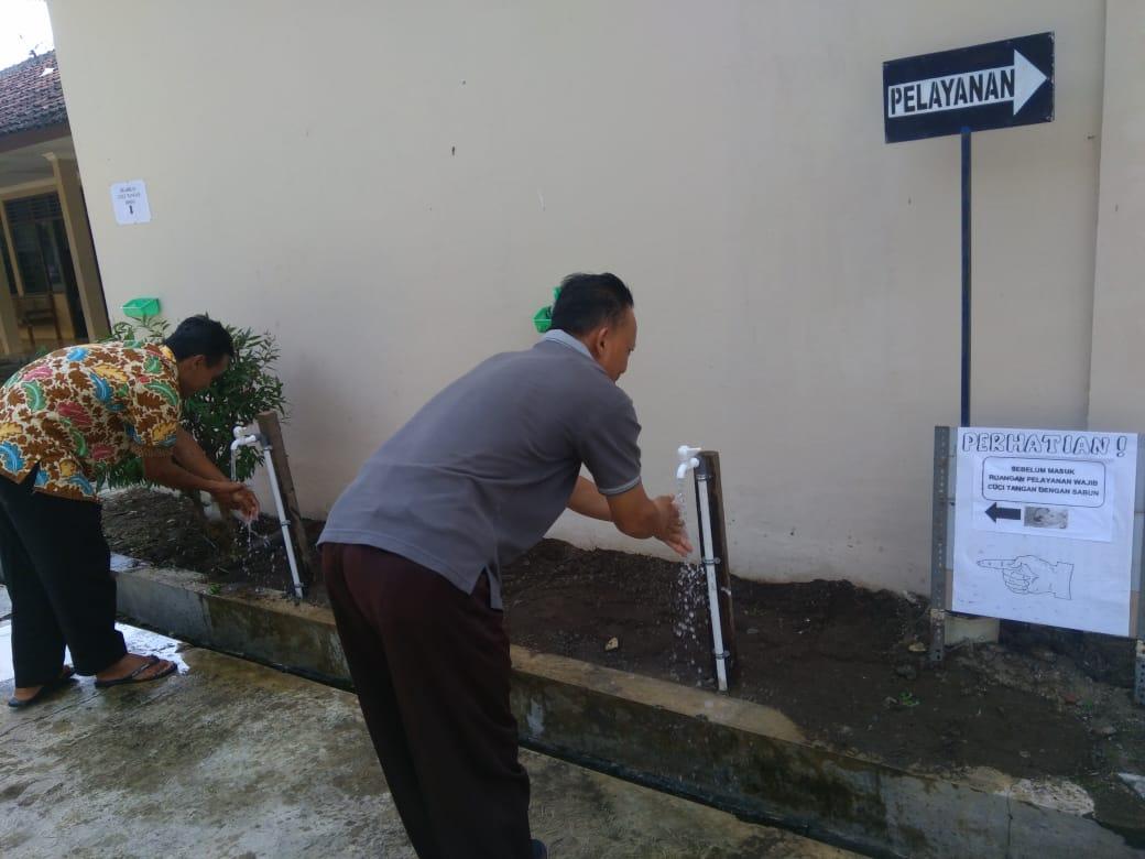 ASN dan warga yang datang diwajibkan untuk cuci tangan.